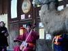 Mutter Baikal hört fasziniert zu